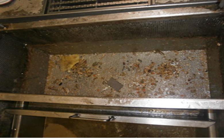 グリーストラップの生ゴミ掃除